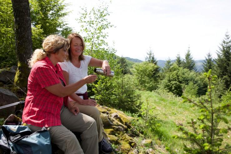 Wanderinnen machen Pause im Grünen