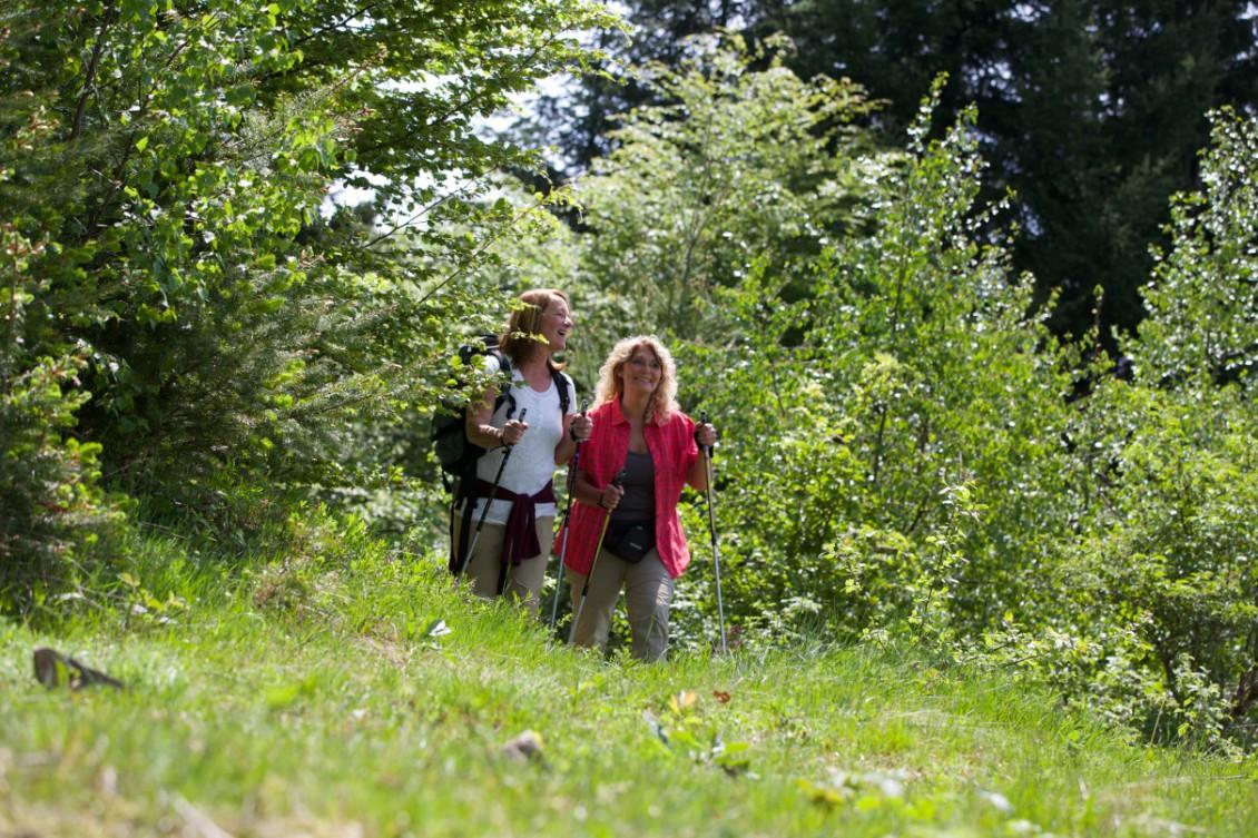 Zwei Frauen wandern im Grünen