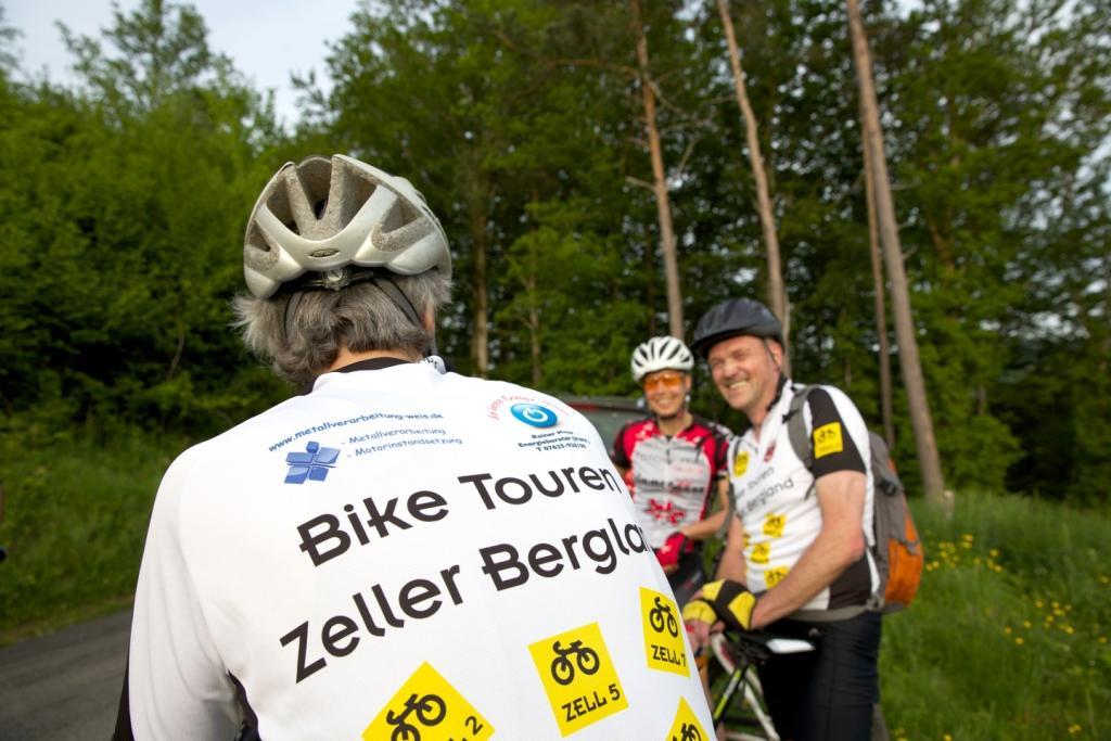 Mountainbikefahrer/innen im Gespräch am Wegesrand