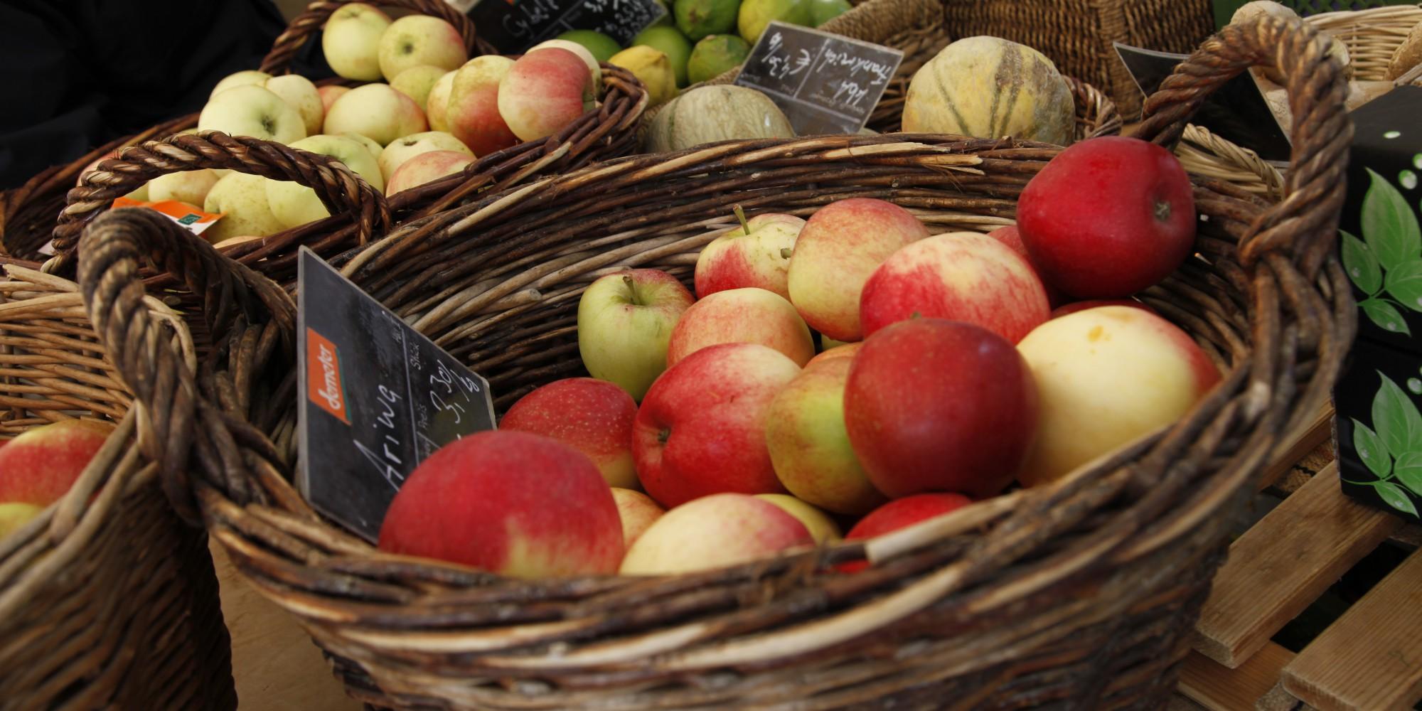Korb mit Äpfeln auf dem Markt in Schopfheim