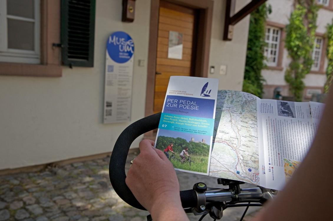 Flyer zum Literarischen Radweg vor dem Schopfheimer Stadtmuseum