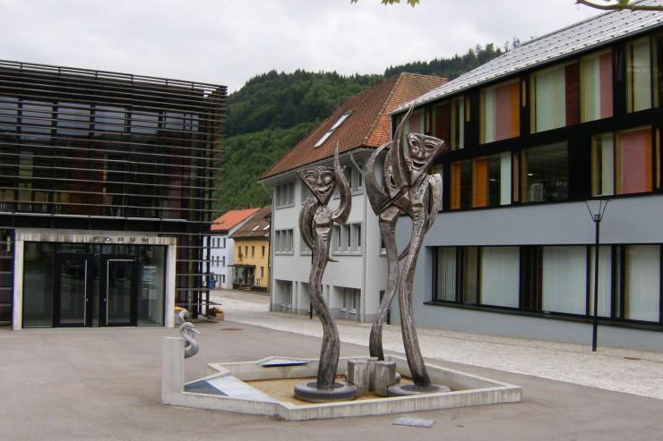 Rathaus Zell im Wiesental mit Fasnachtsbrunnen