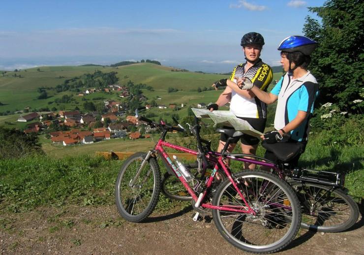 Radfahrerinnen auf dem Weg oberhalb von Gersbach