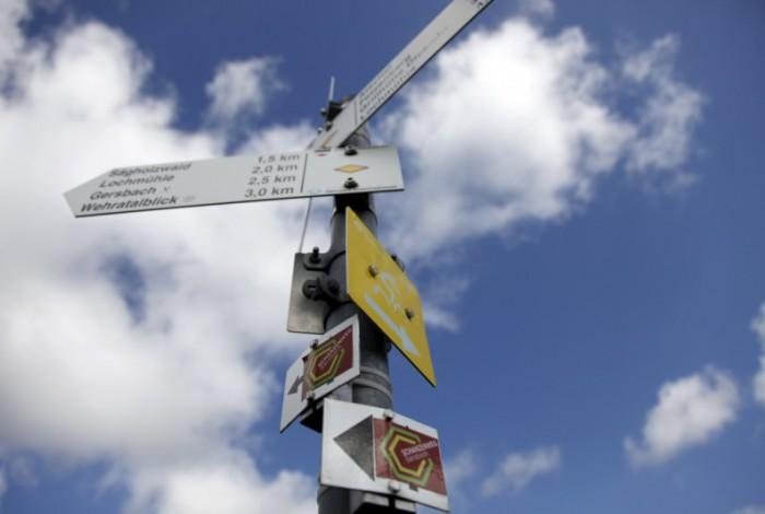 wanderwegweiser mit Schanzenweg-Schild