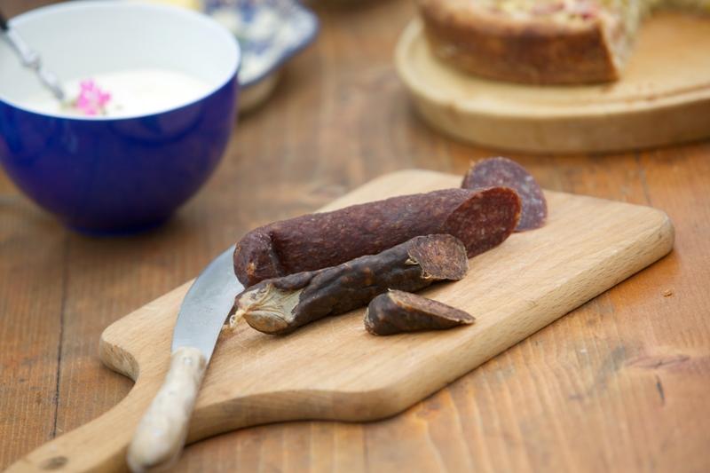 Ziegenwurst auf einem Vesperbrett aus Holz vom Direktvermarkter