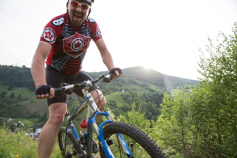 Lachender Mountainbiker